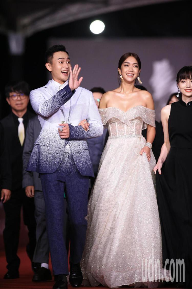 劉冠廷穿LV西裝和身穿Berta(White Atelier)的大霈一起走紅毯。...