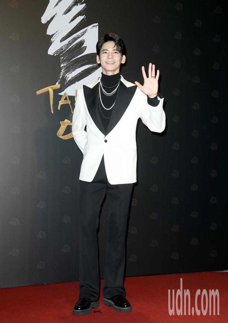 林柏宏身穿TOD'S西裝,搭配MIKIMOTO珍珠項鍊。記者陳立凱/攝影