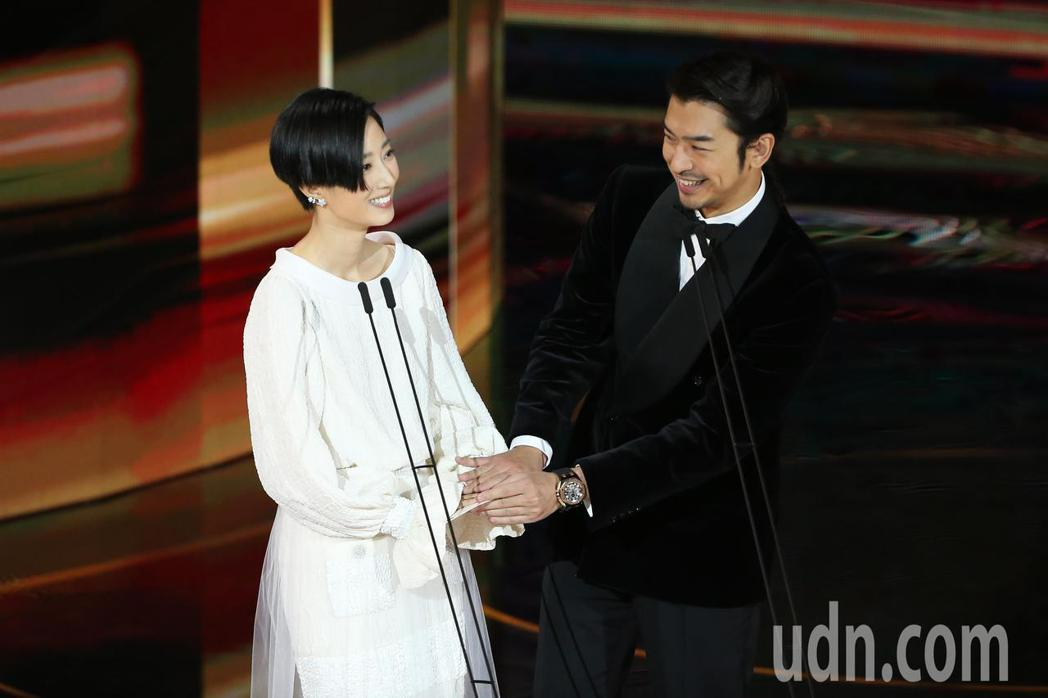 第57屆金馬獎頒獎典禮在國父紀念館舉行,陳柏霖(右)與桂綸鎂(左)擔任頒獎人。記...