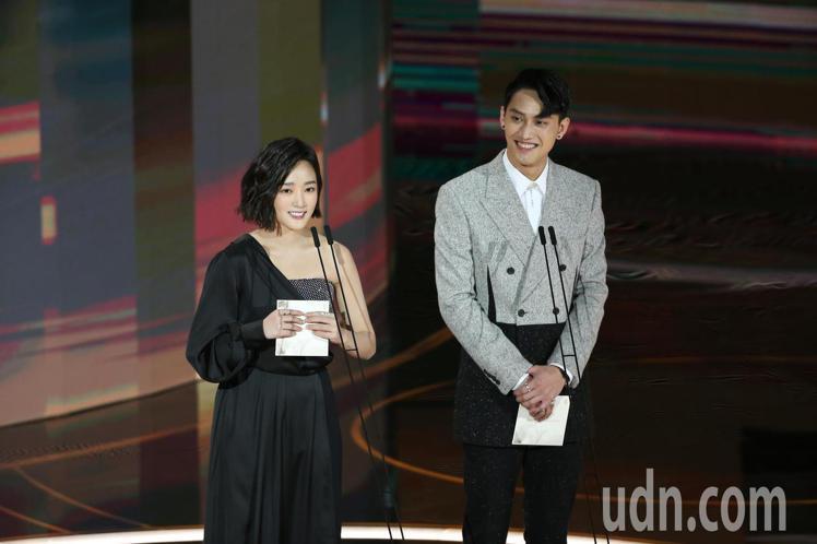 第57屆金馬獎頒獎典禮在國父紀念館舉行,范少勳(右)與王淨(左)擔任頒獎人。記者...