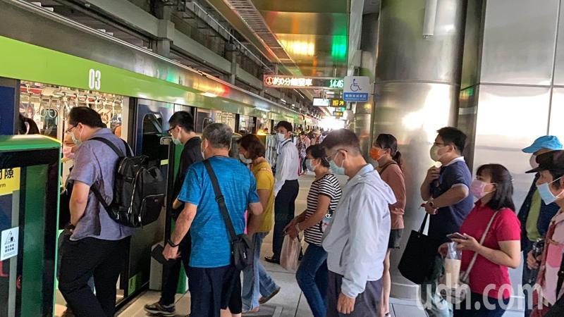 台中捷運因應首起旅客受傷事件,高鐵台中站、北屯總站等二個大站,靠站時間延長至60秒,圖為高鐵站很多旅客搭乘。記者趙容萱/攝影