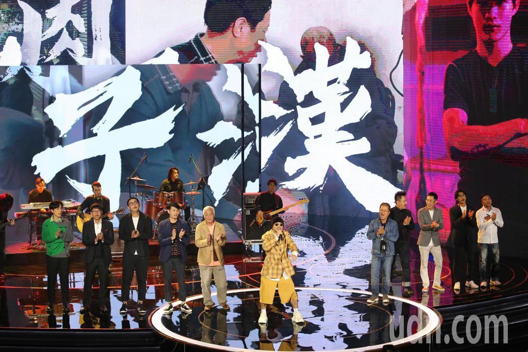 第57屆金馬獎頒獎典禮在國父紀念館舉行,黃明志(中)帶來表演「小鮮肉變男子漢」。...