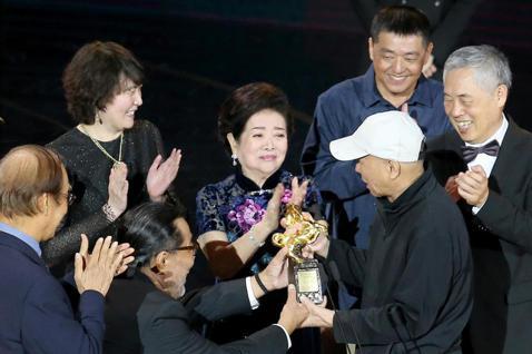 第57屆金馬獎頒獎典禮在國父紀念館舉行,侯孝賢獲頒終身成就獎,合作過的影藝人員一同上台獻獎給他。