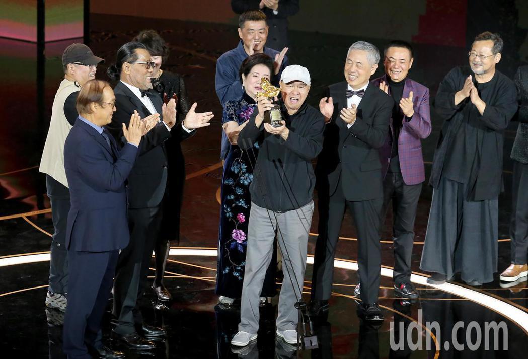第57屆金馬獎頒獎典禮在國父紀念館舉行,侯孝賢(中)獲頒終身成就獎,合作過的影藝...