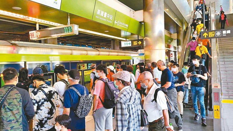 中捷綠線昨天中午行駛到高鐵台中站,乘客下車後到尾軌折返時,系統偵測有異常狀況而斷電檢修,一度造成高鐵台中站旅客大排長龍,中捷公司緊急調度接駁車。圖/中捷公司提供