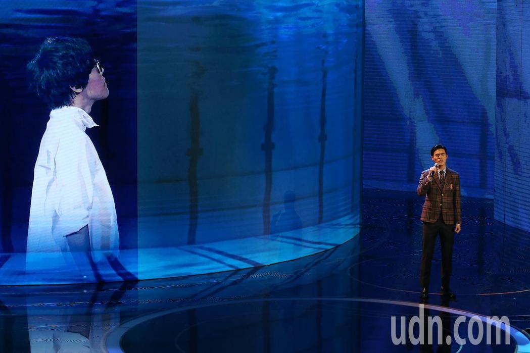 第57屆金馬獎頒獎典禮在國父紀念館舉行,陳昊森(右)與盧廣仲(左)隔空演唱入圍最