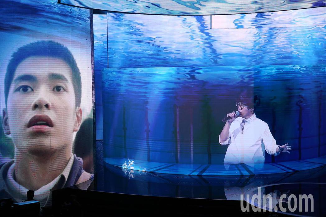 第57屆金馬獎頒獎典禮在國父紀念館舉行,陳昊森與盧廣仲隔空演唱入圍最佳原創電影歌...