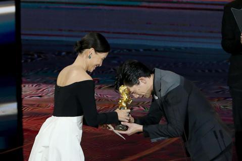 第57屆金馬獎頒獎典禮在國父紀念館舉行,莫子儀以《親愛的房客》獲頒最佳男主角。