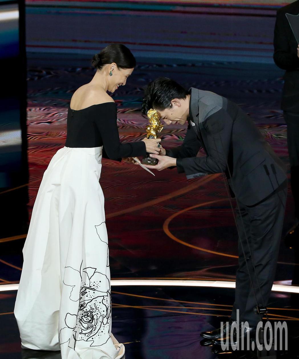 第57屆金馬獎頒獎典禮在國父紀念館舉行,莫子儀(右)以《親愛的房客》獲頒最佳男主