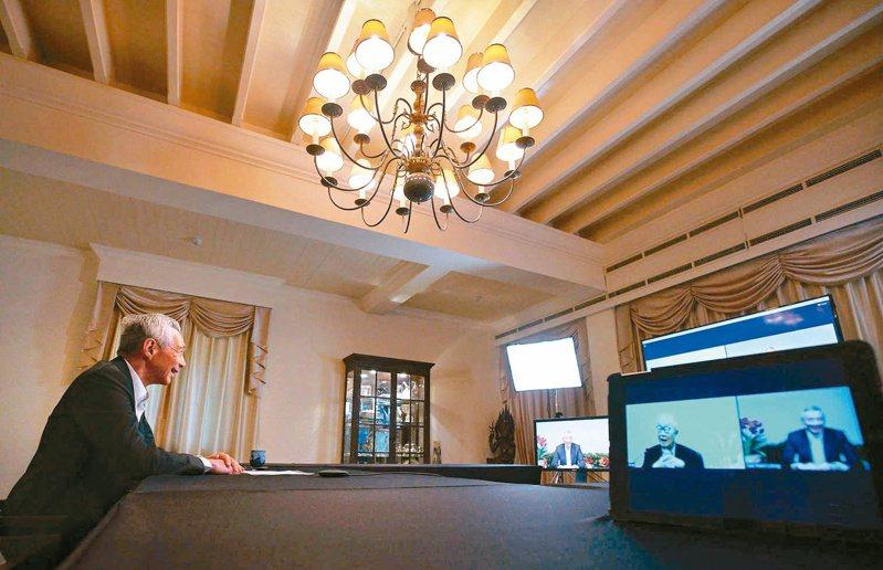總統府昨召開APEC會後記者會,台積電創辦人張忠謀表示有與新加坡總理李顯龍視訊,李顯龍也在臉書貼出兩人視訊照片。圖/取自李顯龍臉書