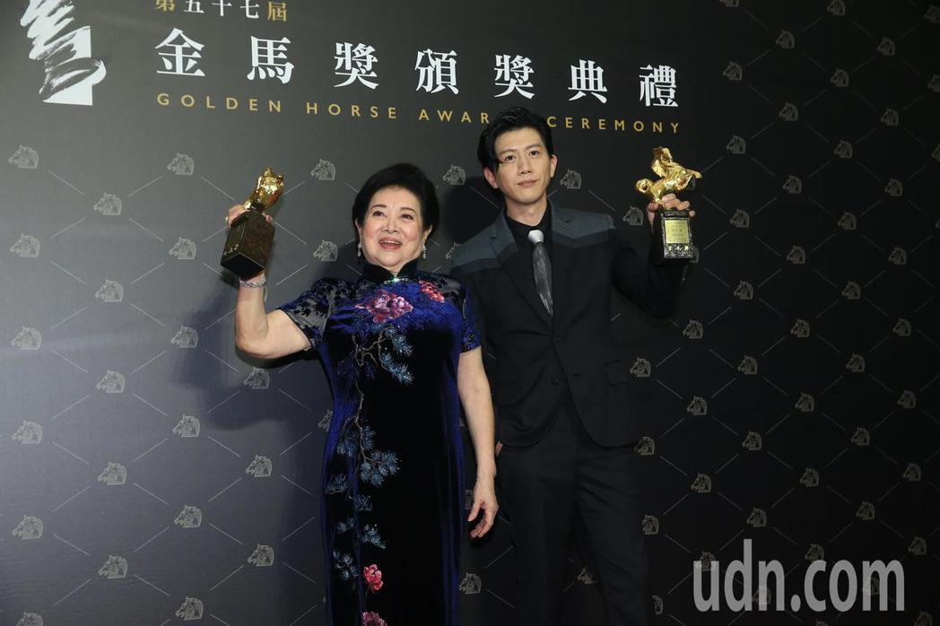 第57屆金馬獎頒獎典禮在國父紀念館舉行,最佳男主角《親愛的房客》莫子儀(右)與最