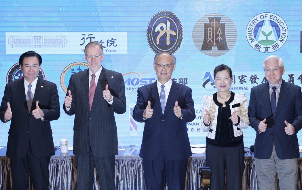 行政院召開台美經濟繁榮夥伴對話記者會,邀請外交部長吳釗燮(左起)、AIT台北辦事...