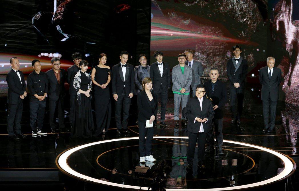 第57屆金馬獎頒獎典禮在國父紀念館舉行,《消失的情人節》獲頒最佳劇情長片,劇組一...