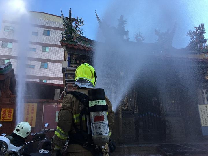 高雄市消防局在鳳山龍山寺的消防演練,以水霧滅火。圖/本報資料照片