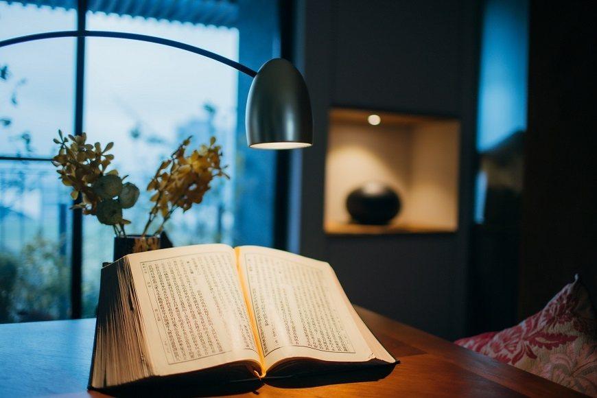 湯蘭花的起居室裡擺了一本精裝的大開本聖經,隨時可讀。 圖/取自50+(Fifty...