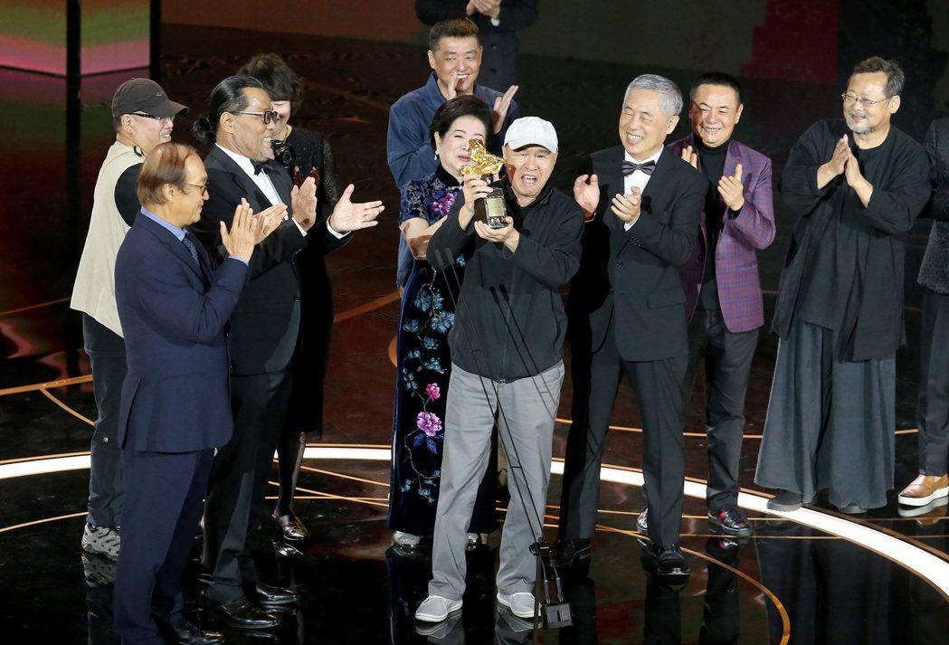 侯孝賢獲頒終身成就獎,陳淑芳等合作過的影藝人員一同上台獻獎給他。記者季相儒/攝影