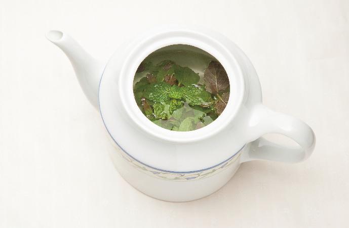 大多數薄荷茶是在紅茶中添加薄荷香味,但也有如照片般直接沖泡薄荷生葉的飲用方式。 ...