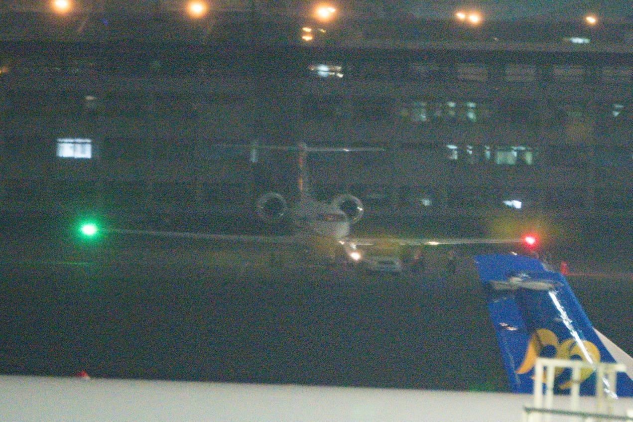美國海軍專機降松山機場 美官員旋風訪台