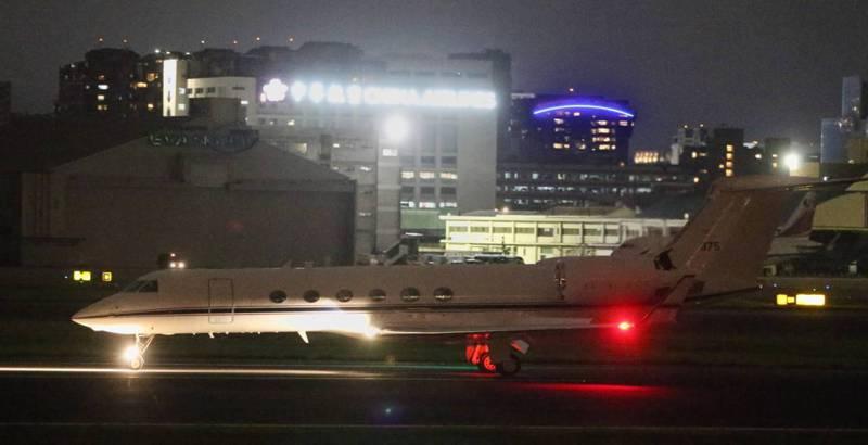 美軍所屬C-37行政機今天降落松山機場。記者侯永全/攝影