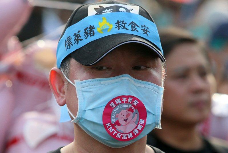2020秋鬥遊行今天登場,因應疫情,不少參加的民眾戴上口罩,並將「反萊豬」的訴求貼在口罩上。記者胡經周/攝影
