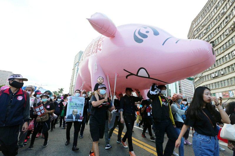 由40多個民間團體、社運組織組成的秋鬥遊行,由於國民黨打著「反萊豬」訴求加入,讓原本是工運為主的秋鬥,同時也變成「反萊豬」遊行。記者胡經周/攝影