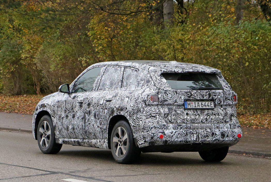 BMW iX1偽裝測試車。 摘自Carscoops