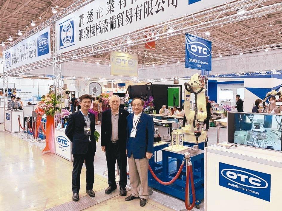 台灣OTC總經理景山(左)、潤蓬企業總經理莊政輝(右)為客戶說明一條龍服務的特色...