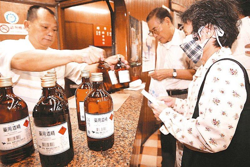 關務署表示,國際價格上漲,短期間國內生產藥用酒精業者成本壓力難以緩解,仍有協助業者降低進口成本之必要。聯合報系資料照