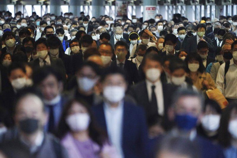 日本政府面對境內2019冠狀病毒疾病(COVID-19)疫情延燒,又希望能持續推動振興經濟方案,結果在防疫對策分科委員會9日提出疫情示警後,到21日才正式決定修正振興方案。圖為東京防疫一景。美聯社