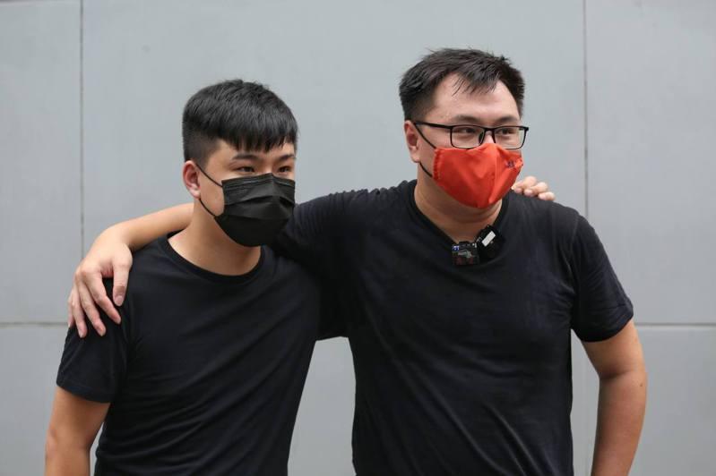 區議員李軒朗(左)、王百羽(右)22日清晨被捕。(取材自香港01)