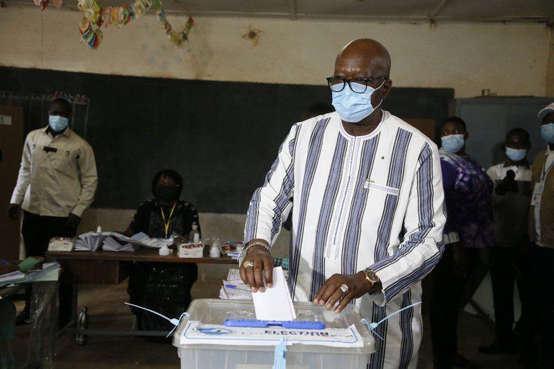 西非國家布吉納法索今(22日)舉行大選,總統卡波雷(圖)據料將會成功連任。 歐新社