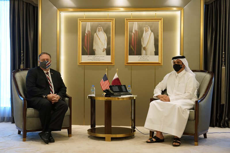 美國國務卿龐培歐(左)21日在卡達首都與阿富汗政府及阿富汗民兵組織塔利班的代表會面,他敦促雙方加快和平談判腳步。 美聯社