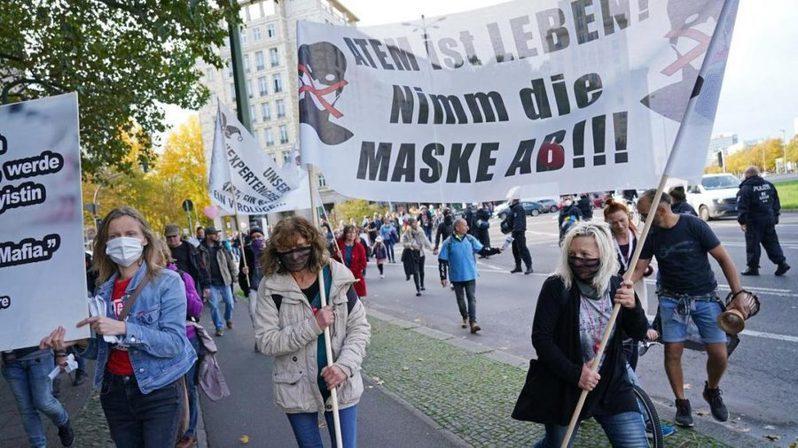 德國民眾為了第二波疫情的封城上街抗議。(photo by the national news on google)