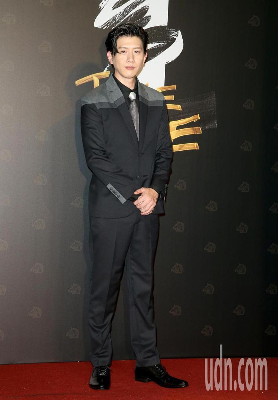 奪得第57屆金馬獎最佳男主角獎的莫子儀身穿APUJAN訂製拼接西服。記者陳立凱/...