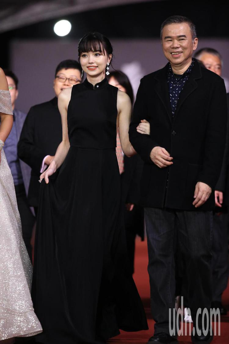 黑嘉嘉身穿APUJAN與陳玉勳導演一起走紅毯。記者林伯東/攝影