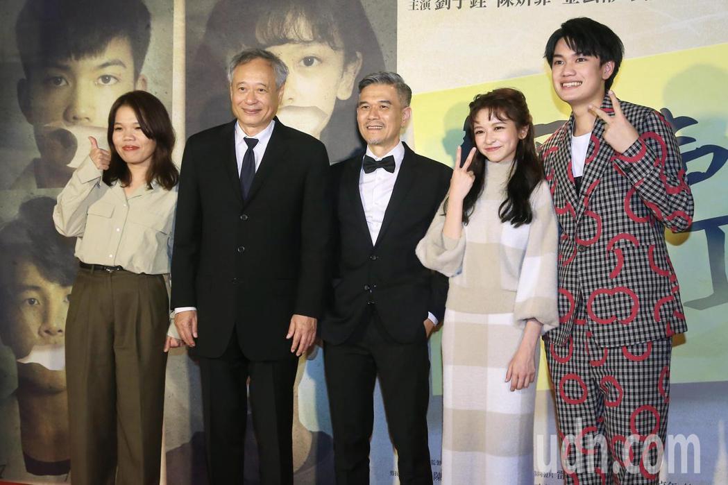 金馬頒獎典禮後,大會主席李安(左二)現身《無聲》慶功宴,鼓勵劇組人員並一同合影。