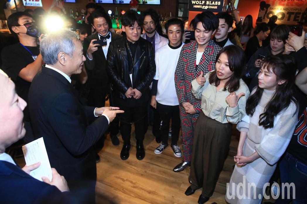 金馬頒獎典禮後,大會主席李安(左)現身《無聲》與《手捲煙》慶功宴,鼓勵劇組人員。...