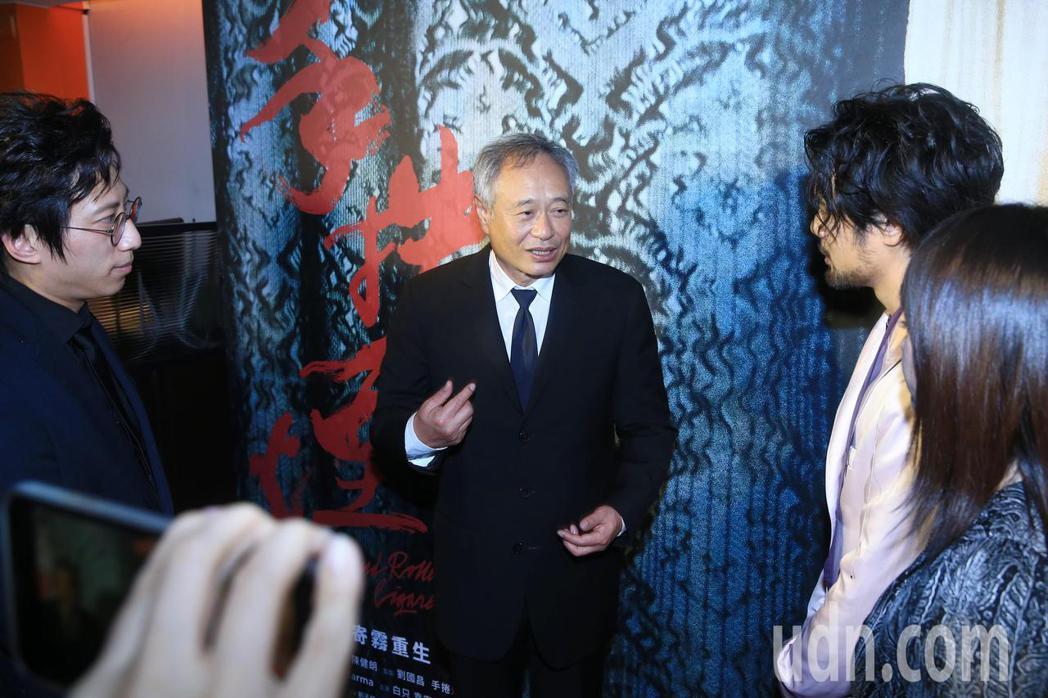 金馬頒獎典禮後,大會主席李安(中)現身《無聲》與《手捲煙》慶功宴,鼓勵劇組人員。...