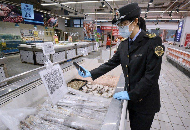 北京啟用冷鏈食品追溯平台,對進口冷藏冷凍肉類、水產品需上傳追溯數據,並落實電子追溯碼才可銷售。(新華社)