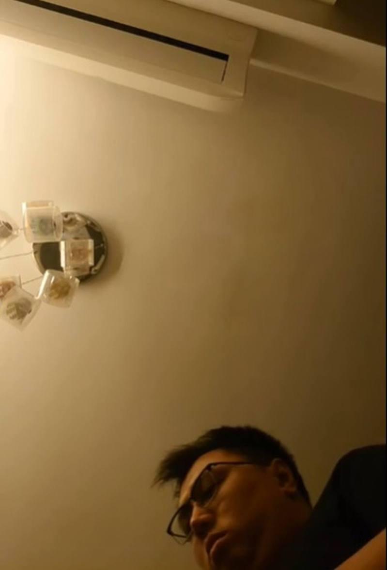 香港區議員王百羽今晨被商業罪案調查科警員上門搜屋。(王百羽Facebook直播截圖)