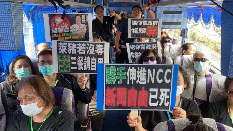 國民黨台中市議員楊正中與群眾一起搭遊覽車北上凱道,大家準備標語要向蔡政府表達心聲。圖/楊正中議員提供