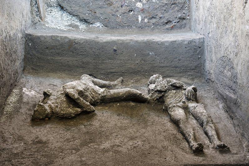 龐貝考古園區官員21日表示,考古學家挖掘龐貝城郊區的一間別墅時,發現兩具男子遺體,據信是一名富人和他的奴隸。美聯社