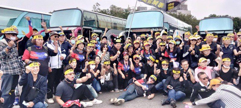 國民黨高雄市客家事務委員會等團體今天上午到台北參加秋鬥遊行,一早就出發。圖/李哲華提供