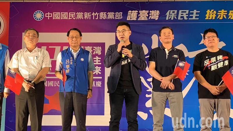國民黨主席江啟臣(中)呼籲大家下午1點半跟秋鬥團體,共同上街頭,拒絕萊豬,顧食安。記者陳斯穎/攝影