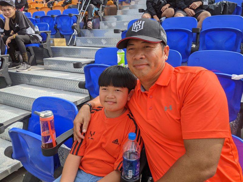 前統一獅隊教練陳瑞昌今日現身黑豹旗青棒賽觀眾席,為兒子陳佳樂加油。記者蘇志畬/攝影