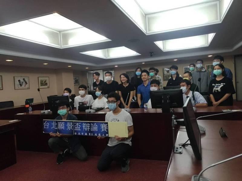 立委蔣萬安,今天應議員王鴻薇辦公室、北市願景工作協會邀請,與10多名高中生對話。記者林麗玉/攝影