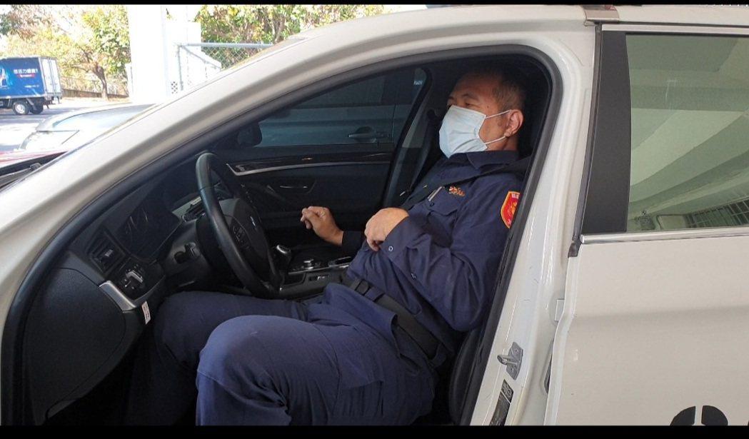國道警察泰安分隊長陳繼昌示範錯誤安全帶法,先繫再坐。記者游振昇/攝影