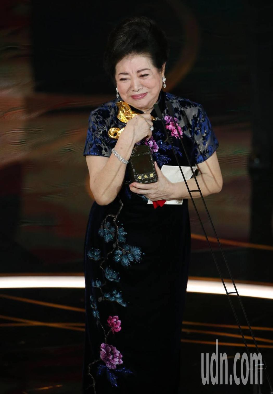 勇奪金馬雙料影后的陳淑芳破了紀錄,昨晚感動哭著領獎;她早年曾就讀蘭陽女中初中部,