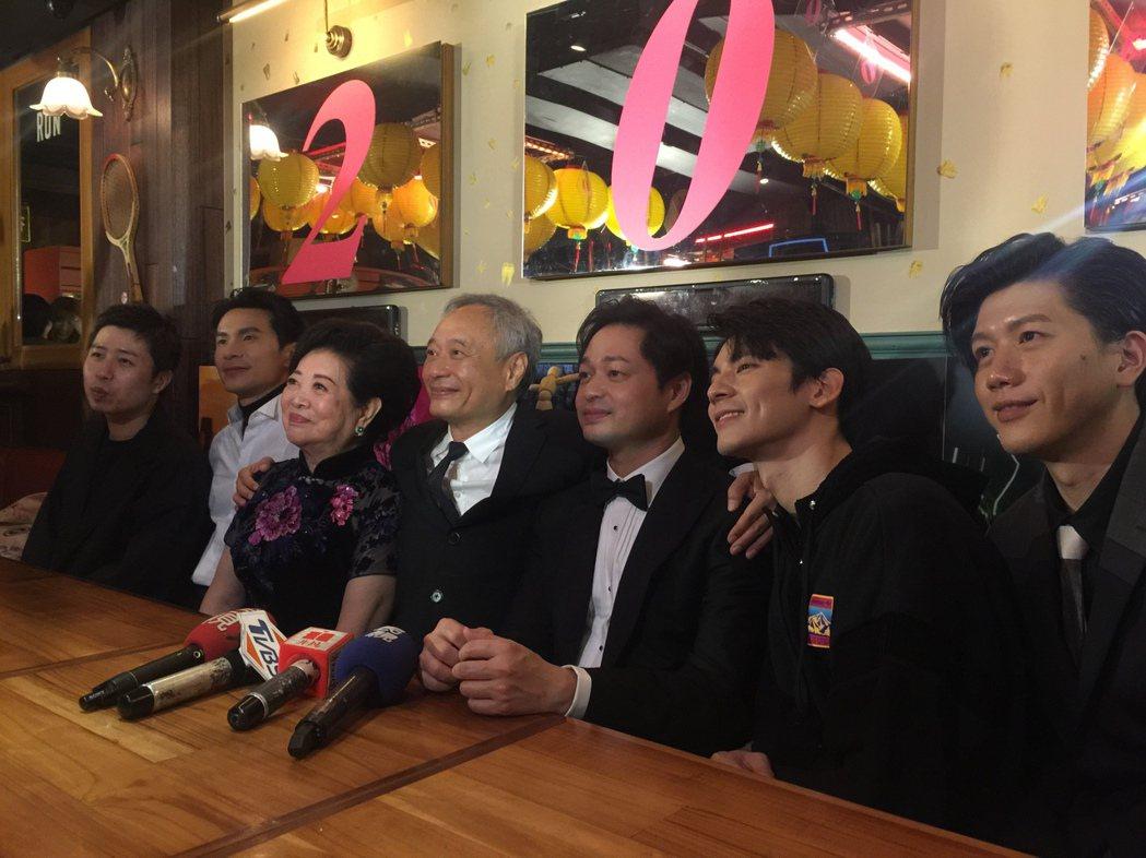 廖明毅(左起)、姚淳耀、陳淑芳、李安、鄭有傑、林柏宏、莫子儀在慶功宴上大會合。記...