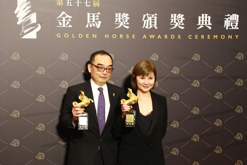 世新大學新聞系第四屆校友李烈(右)監製的作品「消失的情人節」拿下第57屆金馬最佳